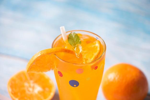 Boissons d'été rafraîchissantes de boissons froides verres fruits frais orange boisson d'été tranche d'orange juteuse