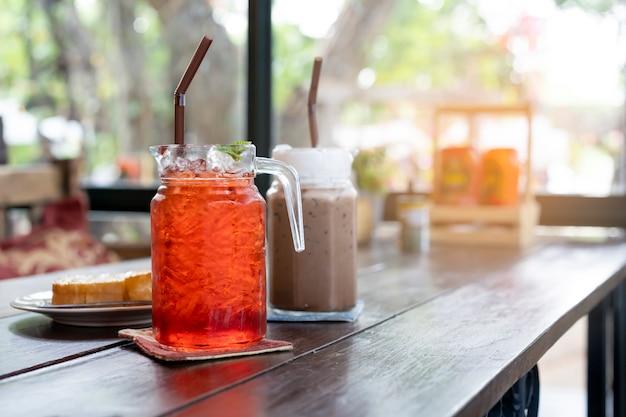 Des boissons froides au thé sont placées sur la table du restaurant.