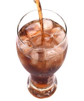 Boissons gazeuses cola en verre sur blanc