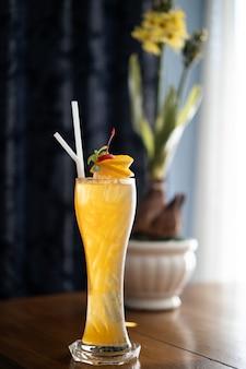 Boissons gazeuses colorées, cocktail dans un long verre transparent