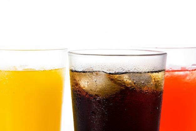 Boissons gazeuses de différentes saveurs pour l'été isolé, vue de dessus