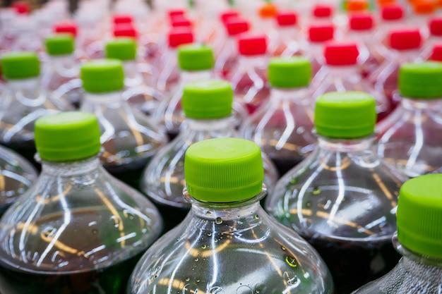 Boissons gazeuses sodas dans des bouteilles de supermarché
