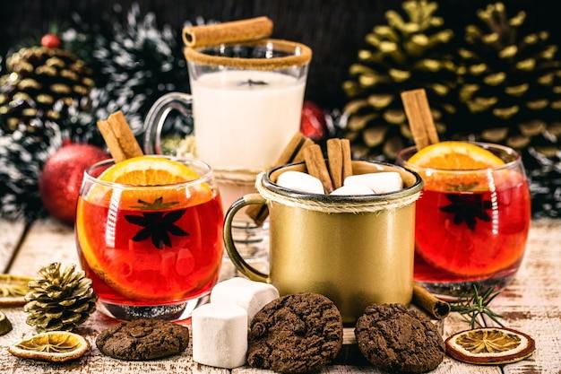 Boissons d'hiver et de noël telles que chocolat chaud, sangria et lait de poule