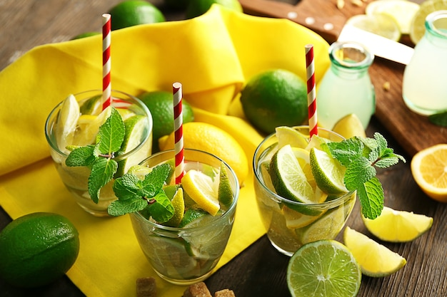 Boissons mojito fraîches au citron vert, citron et menthe, gros plan