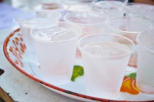 Boissons non alcoolisées dans des gobelets en plastique