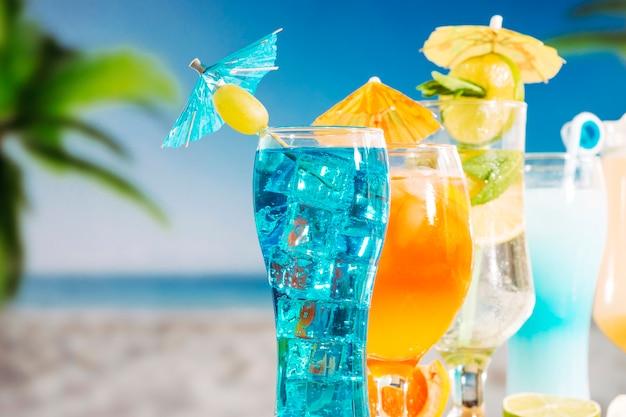 Boissons orange bleu avec tranches de citron vert menthe dans des verres