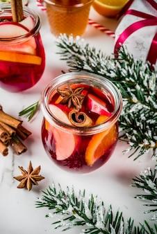 Boissons traditionnelles d'hiver, cocktail de vin chaud blanc et rouge, avec vin blanc et rouge