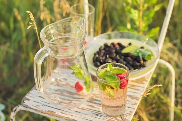 Boissons de vitamines naturelles d'été, cruche avec boisson menthe fraise, mûrier