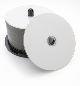 Boîte de 50 cd bluray dvd vierges. disque avers. isolé sur fond blanc.