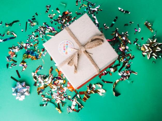 Boîte actuelle et confettis