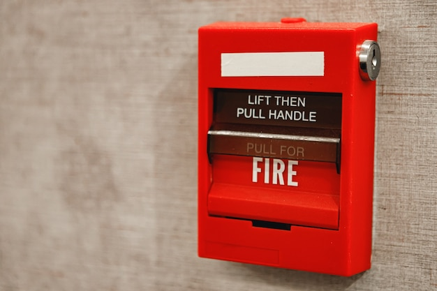 Boîte d'alarme incendie sur le mur en gros plan