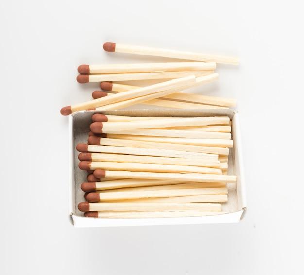 Boîte d'allumettes ouverte avec allumettes marron