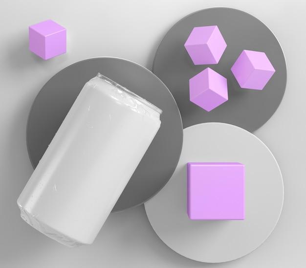 Une boîte en aluminium abstraite pour la présentation des boissons avec des cubes