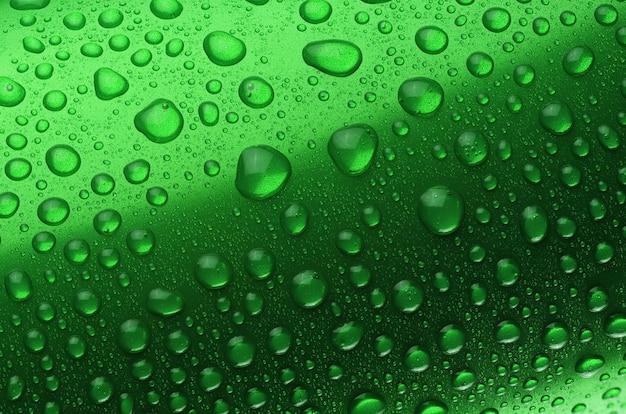 Boîte en aluminium verte avec gouttes d'eau ou gros plan de rosée