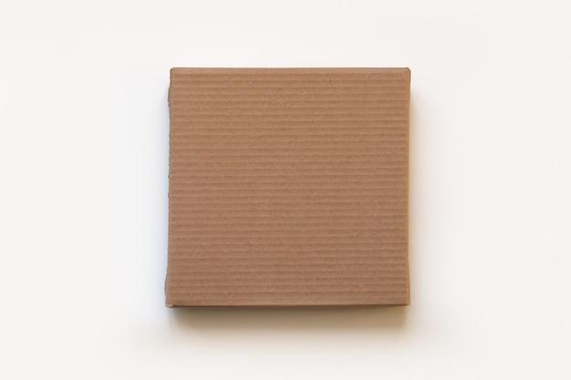 La boîte artisanale carrée sur une surface blanche