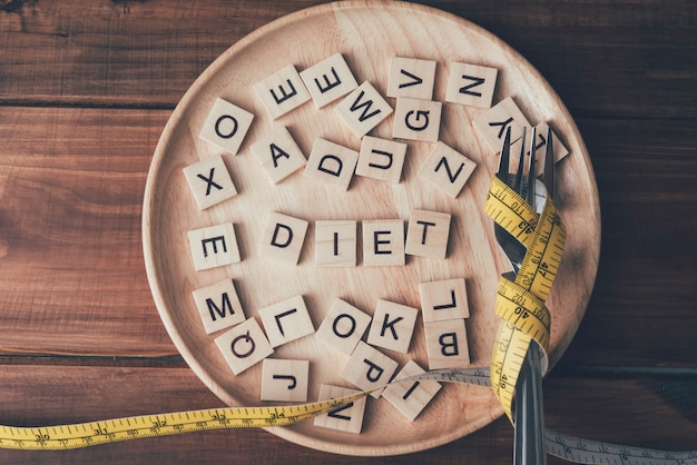 Boîte aux lettres en bois sur un plateau en bois des idées pour perdre du poids