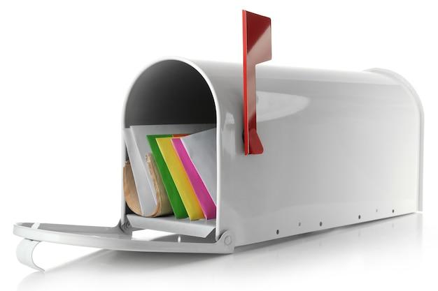 Boîte aux lettres avec correspondance isolé sur blanc