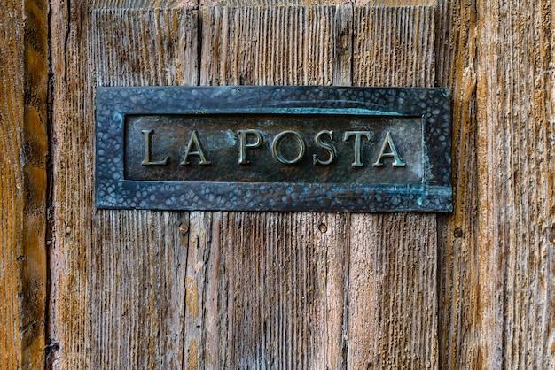 Boîte aux lettres italienne avec le texte la posta, lettres en italien.