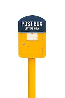 Boîte aux lettres jaune isolé sur blanc. image incluse un tracé de détourage