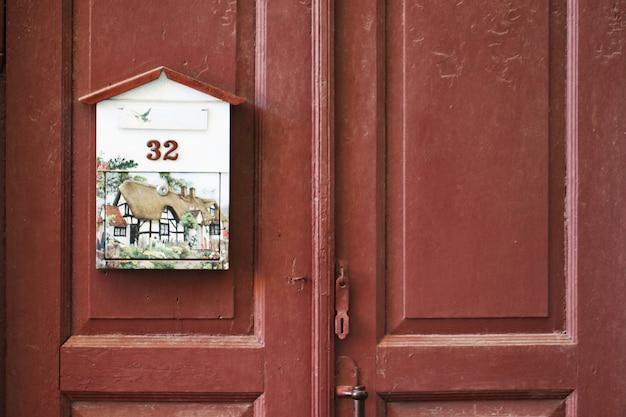 Boîte aux lettres sur la porte en bois