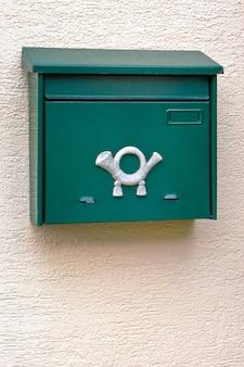 Boîte aux lettres verte