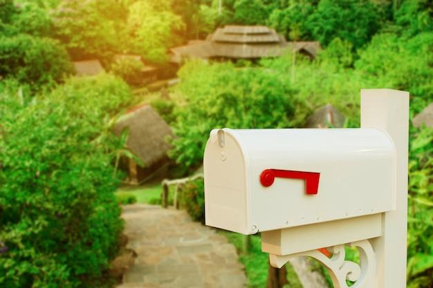 Boîte aux lettres vintage sur la maison de pays.
