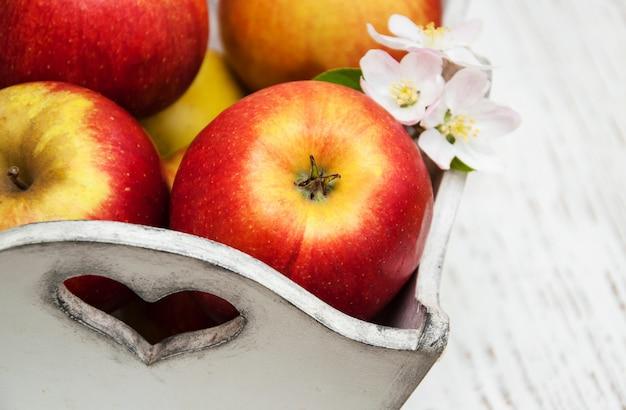 Boîte aux pommes et aux fleurs de pommier