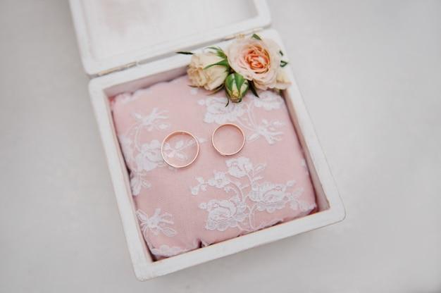 Une boîte à bagues. détails de mariage.