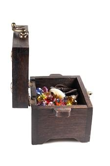 Boîte à bijoux en bois sur fond blanc