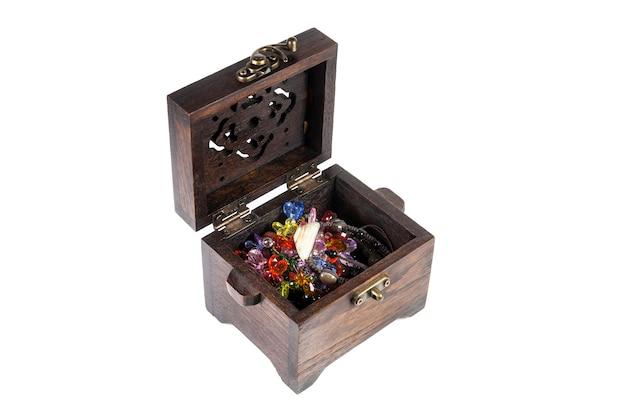 Boîte à bijoux en bois sur fond blanc.