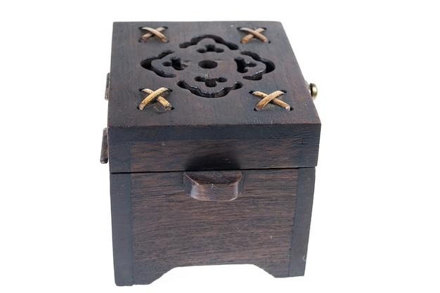 Boîte à bijoux en bois sur une surface blanche.