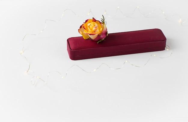 Boîte à bijoux, bouton de rose et guirlande