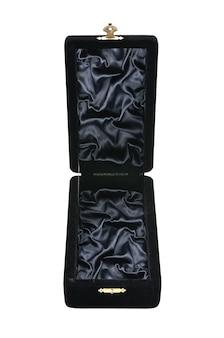 Boîte à bijoux en velours noir sur une surface blanche isolée
