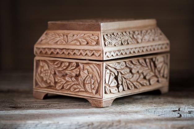 Boîte à bijoux vintage en bois avec bijoux