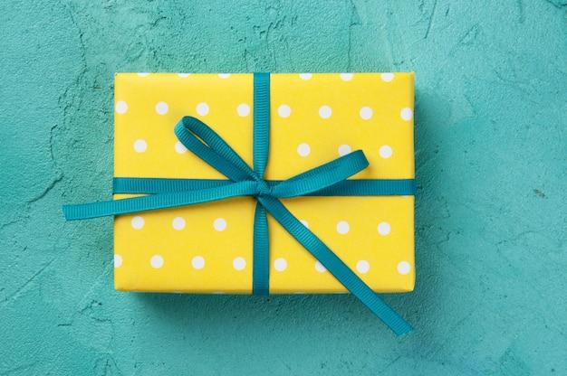 Boîte blanche jaune