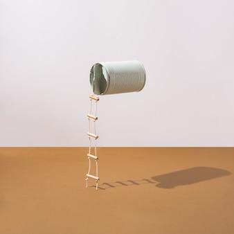 Boîte bleu pastel avec échelles attachées. concept minimaliste. disposition carrée