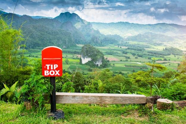Boîte en bois blanc tips se trouve sur le poteau dans le jardin