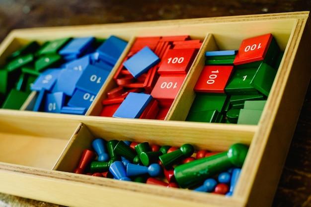 Boîte en bois avec chiffres pour enseigner les mathématiques