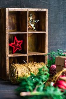 Boîte en bois et décoration sur fond rustique