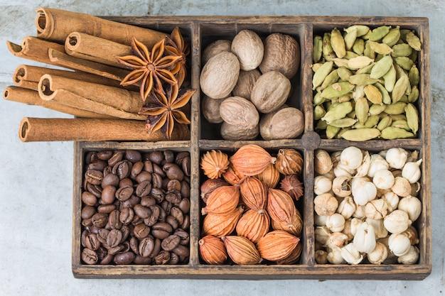Boîte en bois avec des graines aromatiques