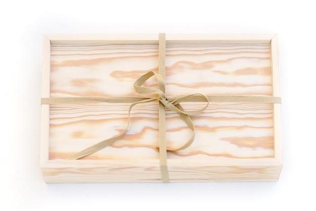 Boîte en bois naturel avec cordon