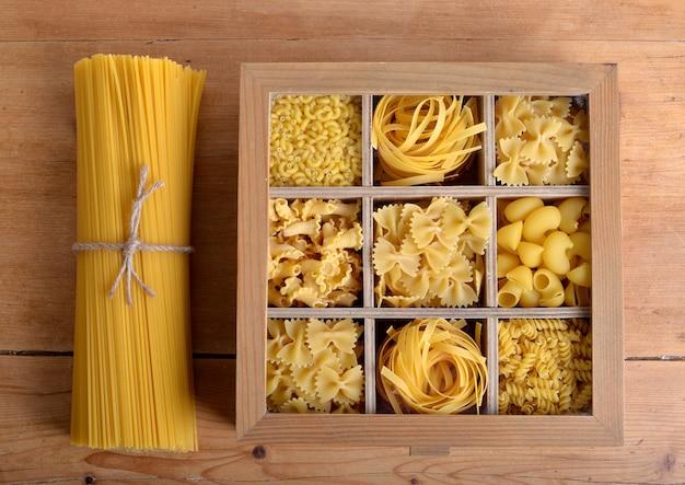 Boîte de bois avec des pâtes