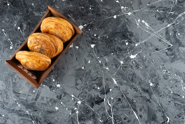 Une boîte en bois avec pâtisserie nationale azerbaïdjanaise sur une surface en marbre