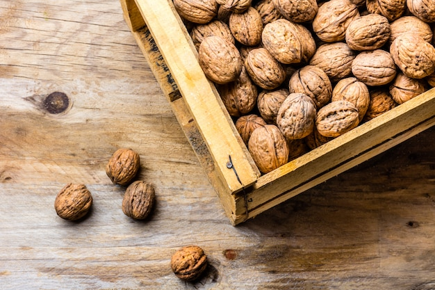 Une boîte en bois pleine de noix