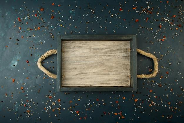 Boîte en bois avec des poignées de corde sur pierre texturée. conteneurs en bois avec poignees pour articles.