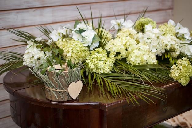 Boîte en bois pour alliances sur la table