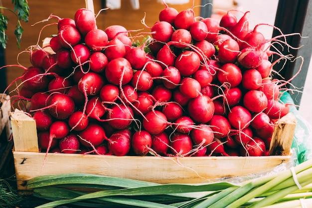Boîte en bois avec radis mûrs