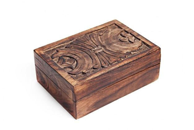 Boîte en bois vintage isolée