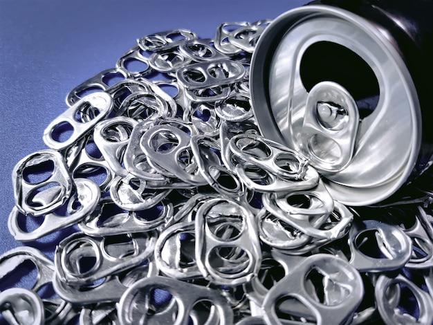 Boite à boisson avec pile d'onglets pour le recyclage