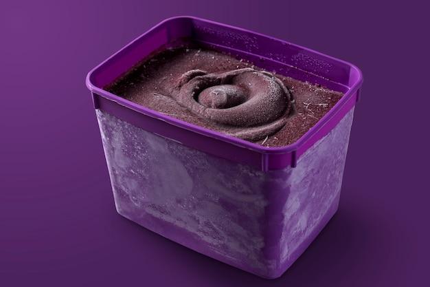 Boîte de bol violet brésilien congelé et crème glacée aux baies d'açai. isolé sur fond violet. vue de face du menu d'été